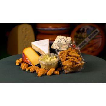 Kaasplank met Kernhem, Saint Agur, roombrie, kaaskoekjes en oude kaas pesto tapenade