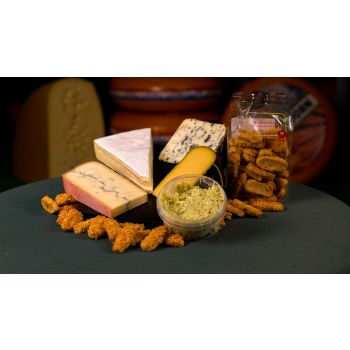 Kaasplank met Morbier, Roombrie, Trappisten, Saint Agur, kaaskoekjes en oude kaas pesto tapenade
