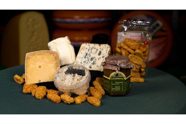Kaasplank met kaaskoekjes, confituur blauwe bessen, oude geit, kernhem, schepgorgonzola truffel, morbier, saint agur en delice de bourgogne